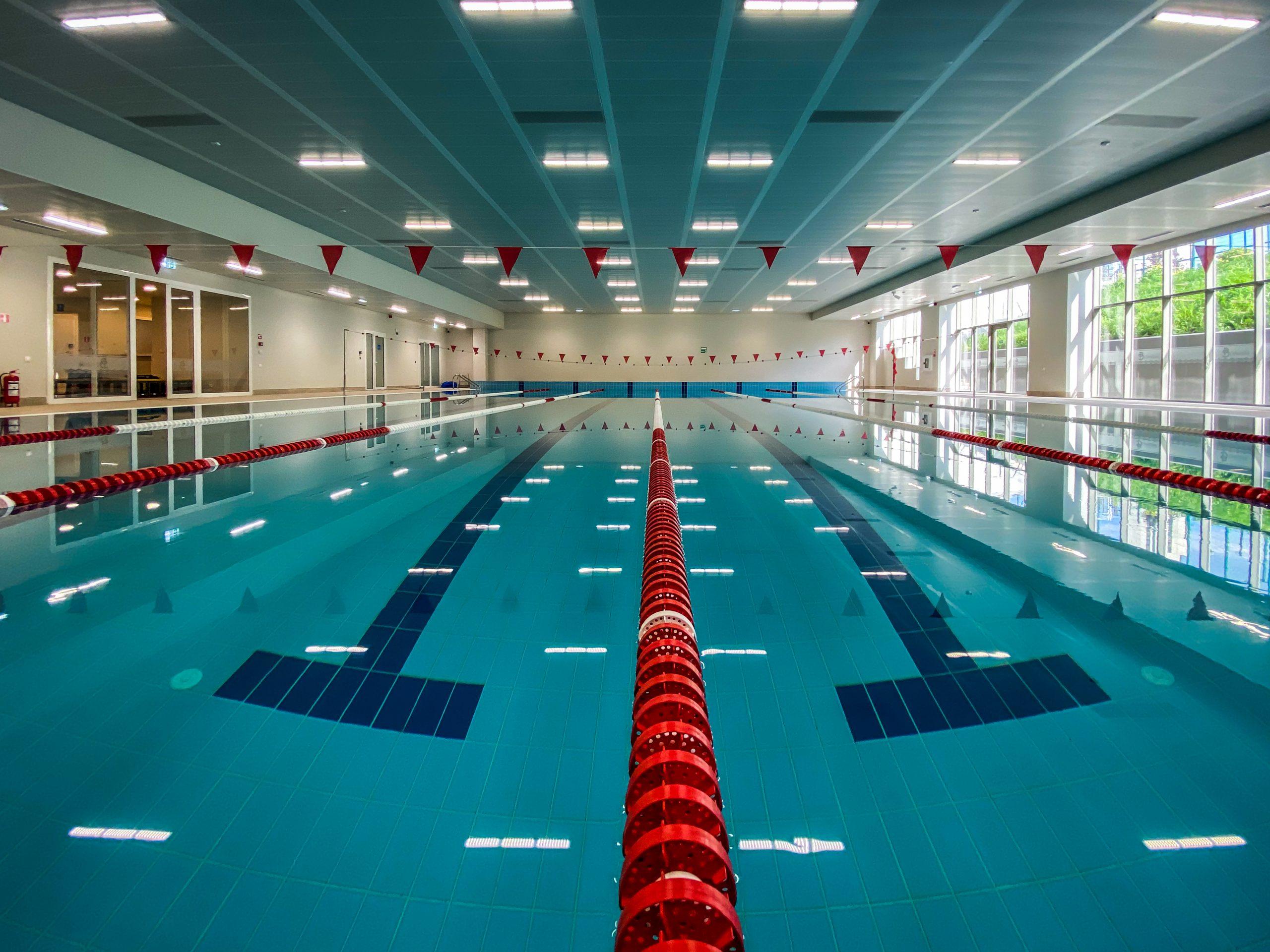 Закрит плувен басейн